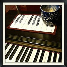 piano mug rug Applique Patterns, Quilt Patterns, Quilt Binding, Mug Rugs, Pattern Mixing, Table Runners, Piano, Projects To Try, Quilting