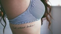 tatuar nesse lugar com uma fonte parecida com essa. Escrito: By grace through faith.