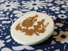 Broche ronde céramique couple galant style par LaBaronneVintage