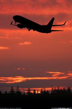Vôo noturno. Boeing 737-838 decolando do Aeroporto Internacional de Adelaide, Austrália.