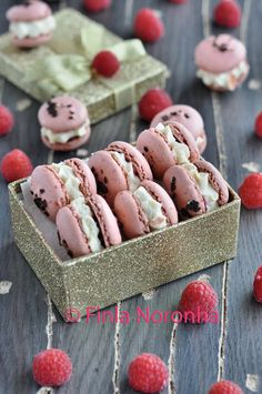 Macarons with cheesecake and raspberries http://www.mykitchentreasures.com/2014/06/macarons-with-cheesecake-and-raspberries.html