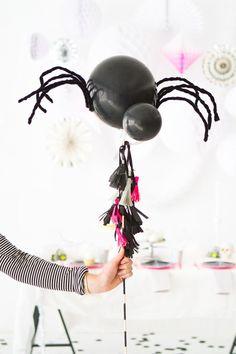 Si aún no sabes cómo decorar tu casa este Halloween, te dejamos estas ideas económicas con globos para sorprender a tus invitados.