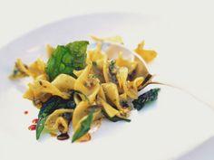 Pasta mit Kürbiskern-Pesto ist ein Rezept mit frischen Zutaten aus der Kategorie Kochen. Probieren Sie dieses und weitere Rezepte von EAT SMARTER!
