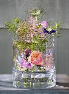 Glazen vaas - Glas ideen Glas Door Glass vase A vase of glass hardly attracts attention, but its sha Flower Centerpieces, Flower Vases, Flower Decorations, Wedding Centerpieces, Wedding Decorations, Table Flowers, Diy Flowers, Fresh Flowers, Beautiful Flowers
