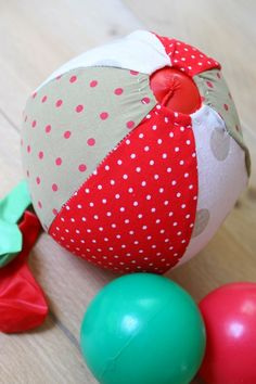 Balloonball. Easy to make, and sooooo handy to take along. It hardly takes in any space in your bag, but you'll always have a great toy with you. And; this way balloons won't explode. Nice!