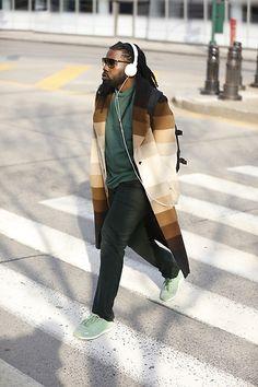 Street Style masculino em NY 2018 com calça preta, blusa verde e casaco em degradê Winter Jackets, Mens Fashion, Black, Ideas, Princesses, Winter Coats, Moda Masculina, Men Fashion