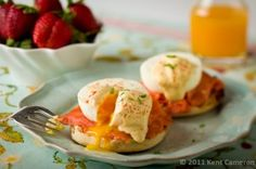 Print 4 servings Servings1234567891011121314151617181920 MetricUS Ingredients 4 English muffins, split in half, toasted and buttered if desired (keep warm) 8 ounces smoked salmon, Canadian bacon, ham, deli ham or deli turkey, divided into eight portions 8 large, very fresh organic eggs without any cracks 1 recipe Yogurt Hollandaise ( or traditional Hollandaise or salsa) 4(...)