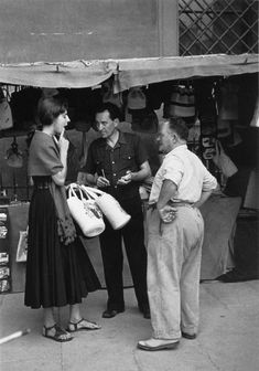 Ruth Orkin, American Girl in Italy - Negotiating with Shopkeepers, 1951 Iconic Photos, Old Photos, White Photography, Street Photography, Vintage Italy, Documentary Photographers, Vintage Photographs, Vintage Photos, Retro