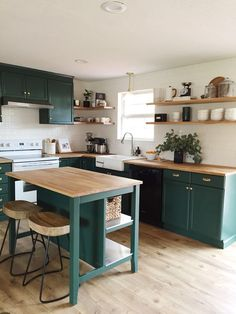 Com teal kitchen cabinets, green kitchen countertops, pain Kitchen Decor, Kitchen Inspirations, Home Decor Kitchen, New Kitchen, Apartment Kitchen, Home Kitchens, Kitchen Living, Kitchen Design, Green Kitchen