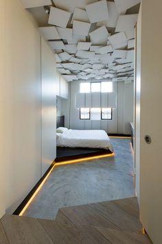 faux plafond moderne en blanc, sol en béton ciré, corniche lumineuse et dressing intégré