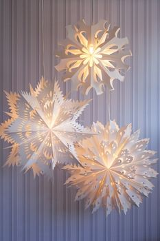Paper Snowflake Pendant Lamps. Dear Lord, I wish I had the motivation to execute this...