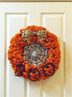 Halloween Burlap Wreath by PrettySouthernDoors Halloween-Leinwand-Kranz von PrettySouthernDoors Theme Halloween, Fall Halloween, Halloween Crafts, Halloween Decorations, Halloween Bedroom, Burlap Crafts, Wreath Crafts, Diy Wreath, Wreath Ideas
