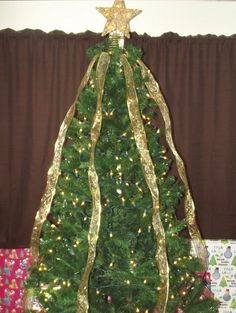 Christmas trees Drape the ribbons over the tree evenly. Ribbon On Christmas Tree, Christmas Love, All Things Christmas, Christmas Holidays, Christmas Bulbs, Outdoor Christmas, Christmas 2019, Merry Christmas, Christmas Gift Decorations