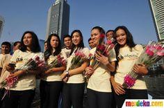 Finalis Abang -None Jakarta membagikan bunga mawar kepada pengguna jalan di Bundaran HI Jakarta, selasa (26/6).