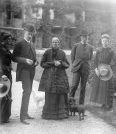with Karl Theodor's family : Marie José, Carl Theodor, Ludovica, Archduke Carl Ludwig and Sophie in front of Possenhofen. (Possi)