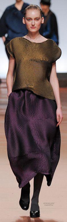 Like blown up finger prints. Beautiful fabric. Fall 2014 Ready-to-Wear Issey Miyake