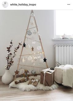 11 Alternative Christmas Trees Your Cat Won't Be Able to Destroy Merry Christmas To You, Simple Christmas, Beautiful Christmas, Christmas Crafts, Minimalist Christmas, Handmade Christmas Decorations, Xmas Decorations, Christmas Themes, Xmas Theme