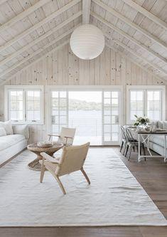 Même s'il est lasuré de blanc, le plafond cathédrale en bois réchauffe immédiatement le décor