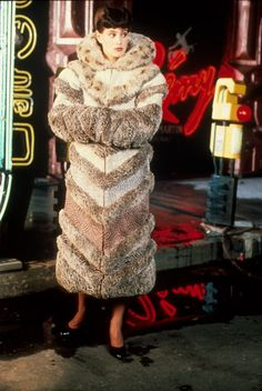 Sean Young on the set of Blade Runner dir. Ridley Scott Costume design by Michael Kaplan & Charles Knode Sean Young Blade Runner, Film Blade Runner, Blade Runner 2049, 1980s Films, Pulp, Harrison Ford, Movie Costumes, Cultura Pop, Science Fiction