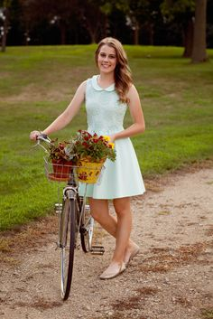 Rustic Minnesota Farm Senior Photos by Maris Ehlers Photography Old Bicycle, Bicycle Girl, Cycling Girls, Women's Cycling, Cycling Jerseys, Mountain Biking Women, Bike Photoshoot, Bike Style, Senior Girls