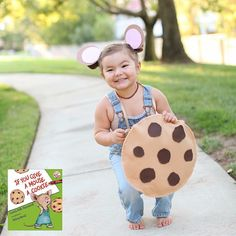 Looking for the perfect Halloween costume for kids? Look in a book! Take a look at these 20 Halloween Costumes inspired by your favorite book characters. Halloween Mono, Halloween Bebes, Old Halloween Costumes, Mom Costumes, Baby Girl Halloween, Costume Ideas, Halloween Stuff, Teacher Costumes, Halloween Halloween