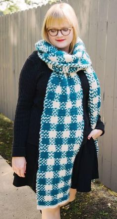 Keep cozy with this massive free knit scarf pattern. This jumbo scarf pattern is a #superscarf.