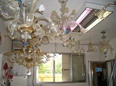 Lampadari in varie forme e colorazioni in vetro di Murano