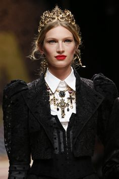 Dolce & Gabbana Spring 2019 Ready-to-Wear Fashion Show Details: See detail photos for Dolce & Gabbana Spring 2019 Ready-to-Wear collection. Look 102 Queen Fashion, Baroque Fashion, Couture Fashion, Runway Fashion, High Fashion, Fashion Outfits, Dolce & Gabbana, Christian Lacroix, Couture Details