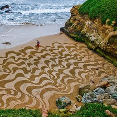 Land art - Sand art creation by Andres Amador Land Art, Art Plage, Performance Artistique, Sand Drawing, Beach Drawing, Deco Nature, Waterfall Hikes, Sand Painting, Beach Paintings