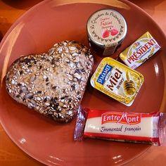 """Nuestro desayuno de despedida es todo corazón ♥  Adiós a días intensos de """"Chateau"""", Ruta del Loira  #foodie #gastronomía #breakfast #tuhobbietuviaje #picoftheday #igers_france #France #instaphoto"""