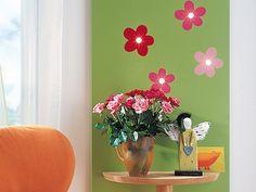 Decorazione a fiori sul pannello con faretti e consolle