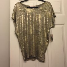 Gold top Beautiful! Fits like a small, brand new never worn! Forever 21 Tops Blouses