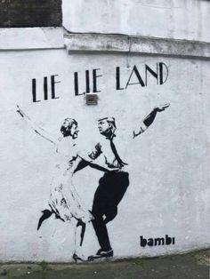 'Vrouwelijke Banksy' laat Trump en May dansen in het land der leugens