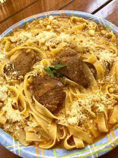 Υπεροχο φαγακι μαμαδίστικο και πολύ πολύ νόστιμο! Ότι πρέπει για το οικογενειακό τραπέζι! Δείτε τη συνταγή και καλή απόλαυση! ΥΛΙΚΑ ΕΚΤΕΛΕΣΗ 1 κιλό μοσχάρι στρογγυλό κομμένο σε μερίδες 2 κρεμμύδια ξυσμένα στον τρίφτη 2 σκελίδες σκόρδο τριμμένο στον τρίφτη 3 ώριμες ντομάτες λιωμένες με το χέρι 1 κουταλιά σούπας πελτέ ντομάτας 1 κουτ γλυκού ζάχαρη … Kai, Spaghetti, Pasta, Cooking, Ethnic Recipes, Food, Loosing Weight, Kitchen, Cuisine