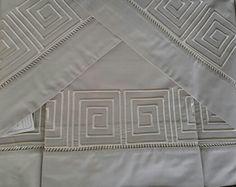 Jogo de cama 250 fios - na cor chocolate - bordado labirinto