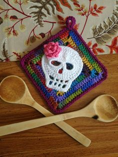 Fiddlesticks: September 2013 - dia de los muertos potholders. http://dawndavis.blogspot.com/2013_09_01_archive.html