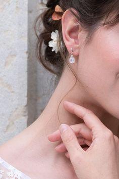 Boucles d'oreilles courtes en argent 925 et pierres naturelles. La longueur est de 2 cm. La création est réalisée à Lyon sur commande. Photographe : www.instagram.com/misty.sunday.portraits MUAH : www.instagram.com/leslogesdeugenie Modèle : www.instagram.com/mclushka #robedemariee #bijouxdemariee #accessoiresmariee #accessoiresmariage #robedemarieelyon Couture, Creations, Portraits, Earrings, Collection, Jewelry, Instagram, Fashion, Bride Earrings