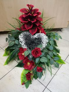 Grave Decorations, Funeral Flowers, Ikebana, Floral Arrangements, Christmas Wreaths, Floral Wreath, Activities, Holiday Decor, Projects