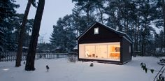 On a large plot of land dominated by pine trees in the south of Berlin there is a small wooden house modeled on an old wooden summer house and designed by the Leipzig architects Atelier St. Home Design, Home Interior Design, Interior Architecture, Style At Home, Guest House Shed, Tiny House, Summer House Interiors, Forest House, Cabins And Cottages