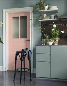 peindre sa porte // sage green and pink