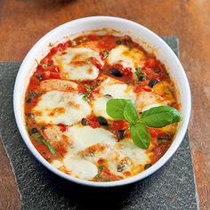 Baked Chicken Italiano with Tomato, Olives, Basil, and Mozzarella (recipe in German)