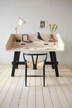 黒の脚が印象的なデスクとYチェアの饗宴。同系色の家具を合わせる事で統一感が生まれます。