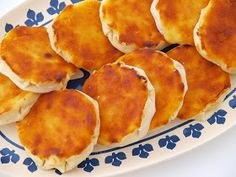 """Queijadas de Pereira - This little cheesecakes have seven folds or """"beaks"""" and are cooked in wood oven. Portuguese Desserts, Portuguese Recipes, Portuguese Food, Portuguese Language, Crepes And Waffles, Wood Oven, Good Food, Yummy Food, Food Places"""