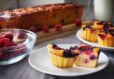 Prăjitură cu mălai și fructe de pădure (fără zahăr)- din rețetarul bunicii Easy Sweets, Baby Food Recipes, French Toast, Cheesecake, Muffin, Food And Drink, Healthy Eating, Low Carb, Gluten