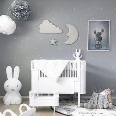 @monolo.no •B A R N E R O M • Så fint barnerom hos vår flinke ambassadør @stine.moi ⭐️ Du finner dukkeseng, dots wallsticker, Miffy og pompom pledd hos oss. www.monolo.no #monolo #monolono #nettbutikk #barnebutikk #mittbarnerom #barnerom #barnerommet #barnerominspo #inspo #barneromsinteriør #interiør #interiør123 #barneinteriør #jenterom #gutterom #miffy #dukkeseng #pledd #dekor #miffylamp #kidsroom #kidsinterior