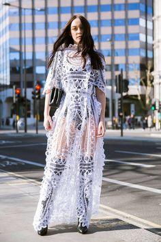 La robe en dentelle transparentes