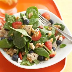 Superfoods Salad Toasted walnuts and goat cheese top this ridiculously healthy spinach and berry salad (translation: this vegetarian lunch also tastes ridiculously delicious). Heart Healthy Recipes, Diabetic Recipes, Healthy Dinner Recipes, Cooking Recipes, Healthy Heart, Delicious Recipes, Easy Recipes, Blueberry Chicken, Blueberry Salad