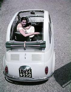 """Foto pubblicitaria per la """"Nuova 500 N"""" del 1957. Alla guida Mariella Giacosa, figlia del progettista Dante Giacosa."""