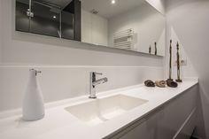 Baño Suite en Blanco y Grafito | Clysa #maxTRES #lavabo #TRESGriferia #spain