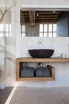 salle de bains de style rustique aménagée avec un plan vasque en bois massif avec étagère intégrée
